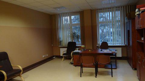 Umeblowany pokój biurowy